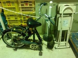 折畳自転車、折畳イス3脚、傘立て です。引取ました!