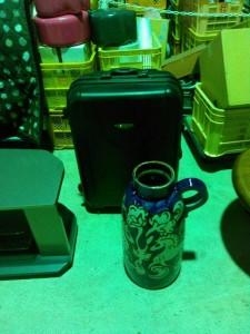 レンジ台付き水屋、テレビボード、スーツケース、西ドイツ製花瓶 です。引取ました!