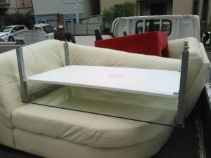 革製ソファー、ガラステーブル、布製ソファー、ベンチ です。引取ました!