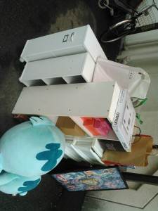 ハンガーポール、ぬいぐるみ、ミニ本棚×4、カラーボックス、プラケース 他 です。引取ました!