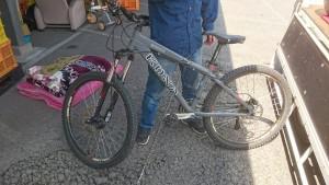 自転車、火鉢、ゴミ箱、シングルマットレス、すだれ です。引取ました!4