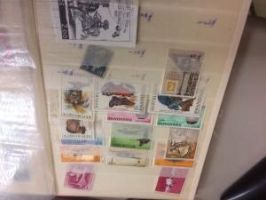 切手と外国切手約30枚、用済み切手一冊、郵便切手本一冊