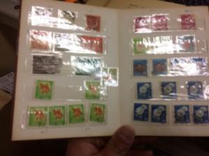 切手と外国切手約30枚、用済み切手一冊、郵便切手本一冊10