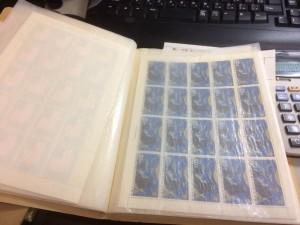 切手と外国切手約30枚、用済み切手一冊、郵便切手本一冊6